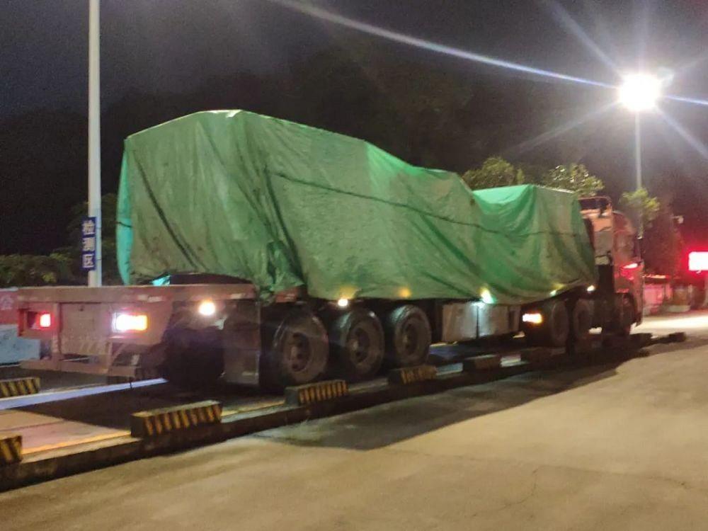 324国道大货车!运载石材荒料,超载率达115% 被交警查获!