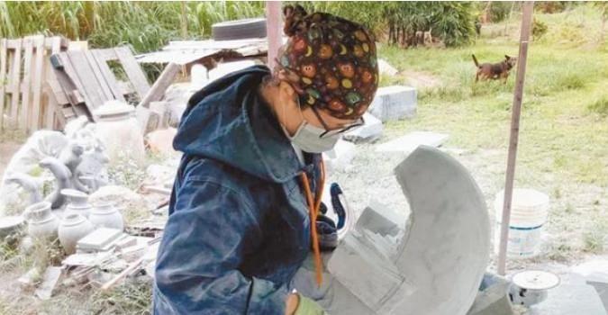 """台湾""""石头的故乡""""花莲举办石雕艺术营 作品展现七星潭之美"""