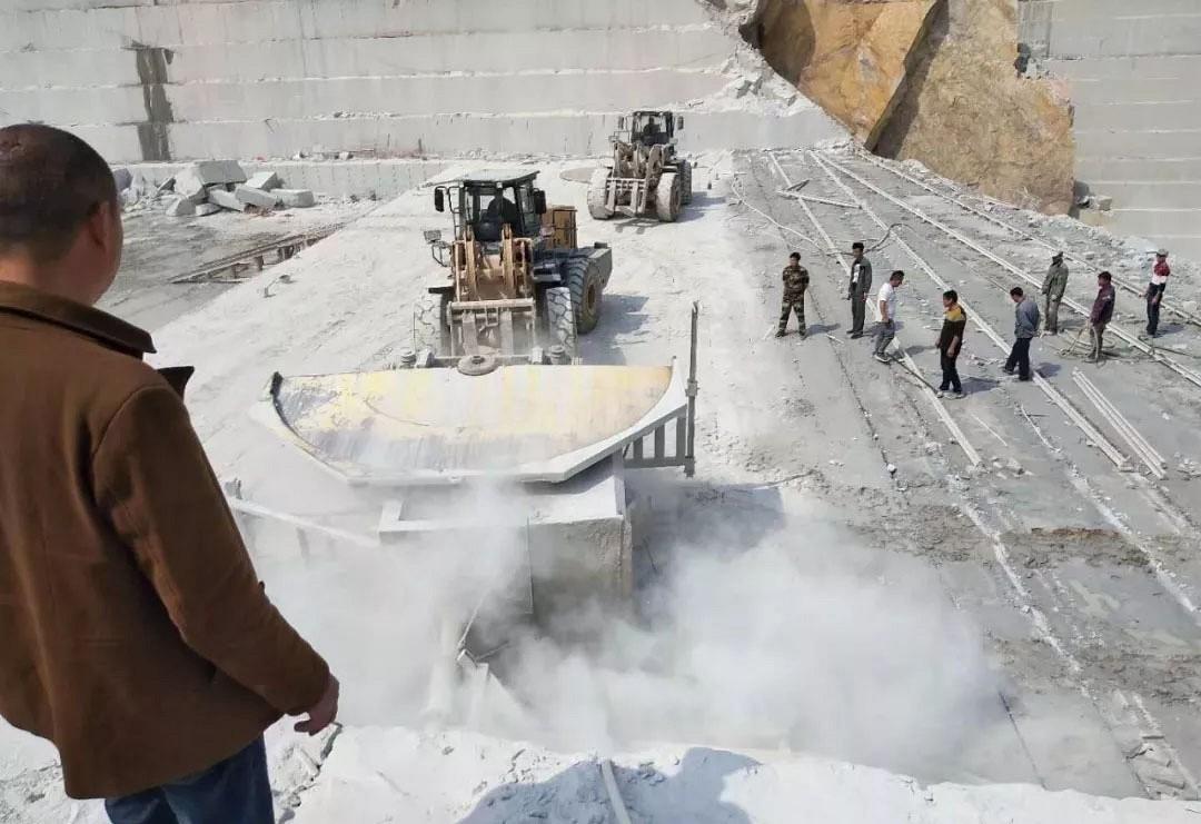 河南泌阳11月4日对石材矿山采取两不留一毁闭措施