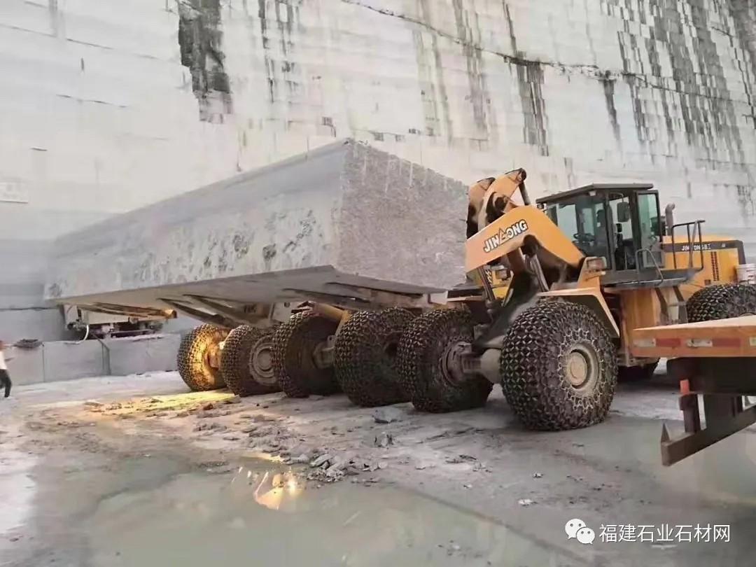 """坐拥大型""""封开花""""矿山,多个大型工厂,实力做顶级石材的「华粤建材」,来了解一下!"""
