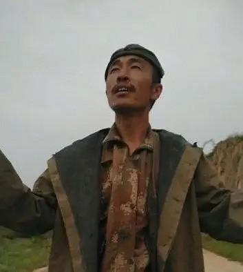"""爆红的农民工""""砖""""为你读诗,气势磅礴朗诵出师表,一出场手里的花岗岩""""亮了"""""""