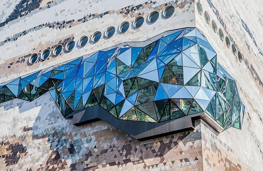 韩国一市中心出现巨大陨石?不,它是125000块花岗岩马赛克外墙砖打造的...