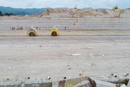 沙漠红棕矿山